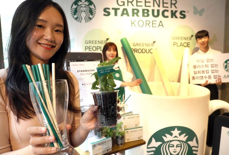 南韩星巴克今(10日)在首尔与全国各大城市共100个分店试用纸饮管。(网图)