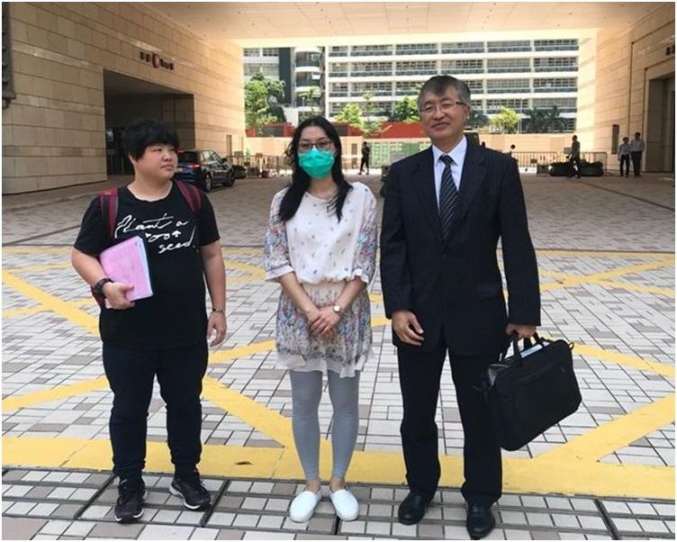 死者妻子陳芝芬(中間 戴口罩)。 資料圖片