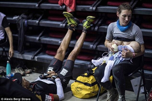 鲍尔坚持在赛事期间餵母乳给3个月大的幼子。(网图)