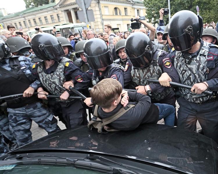 俄罗斯各地全日至少有839人被捕。