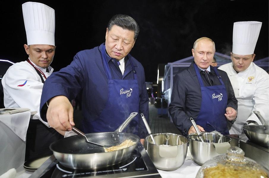 习近平和普京出席一个展览时齐下厨煮食。