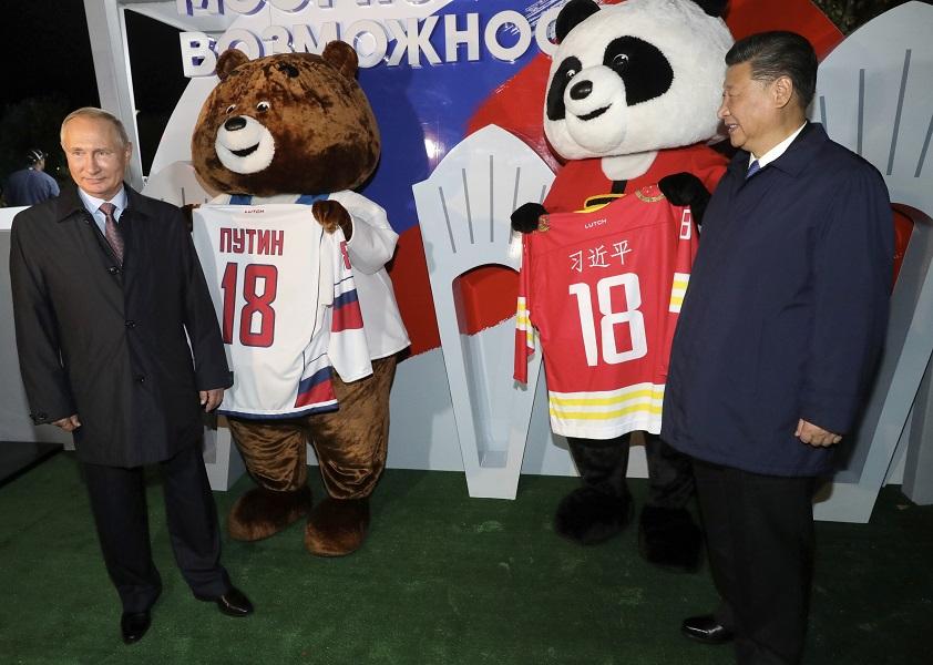 习近平和普京出席展览。