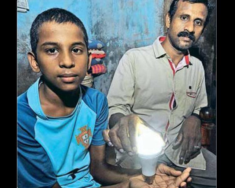 Thahir(左)的父亲(右)将其称为上帝赐予的礼物。网图
