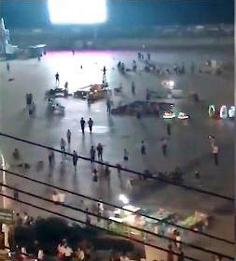 汽車衝向人群後,民眾恐慌走避。網圖