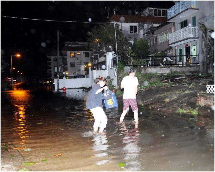「黑格比」當年吹襲本港,西貢南圍出現海水倒灌。資料圖片