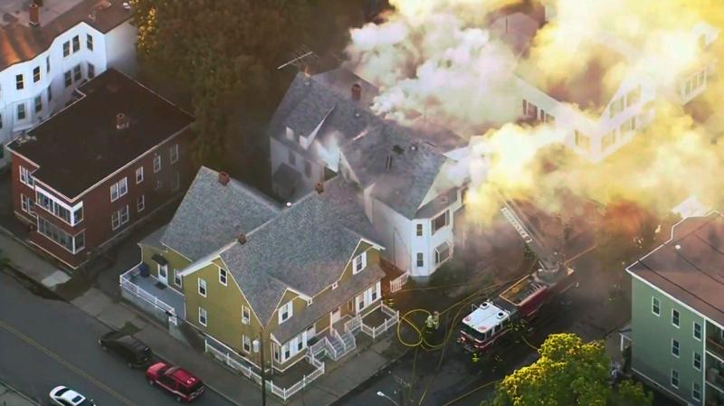 濃煙籠罩整個社區。AP