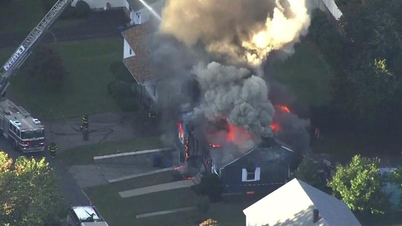 房屋起火冒出大量浓烟。 AP