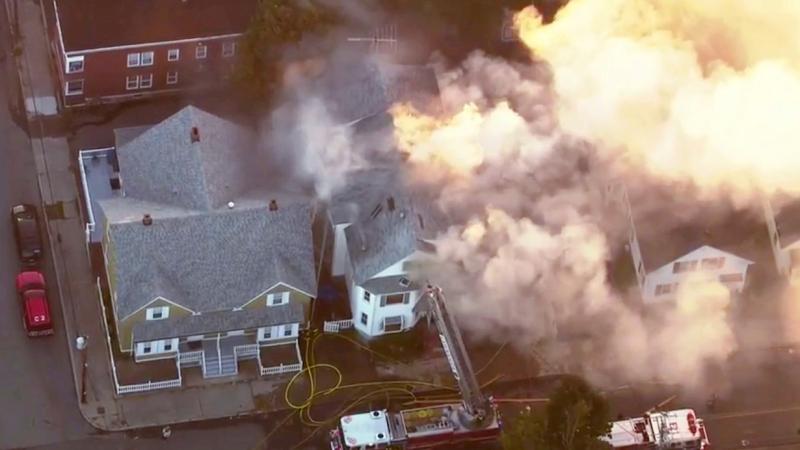 氣體爆炸導致多間房屋起火。AP
