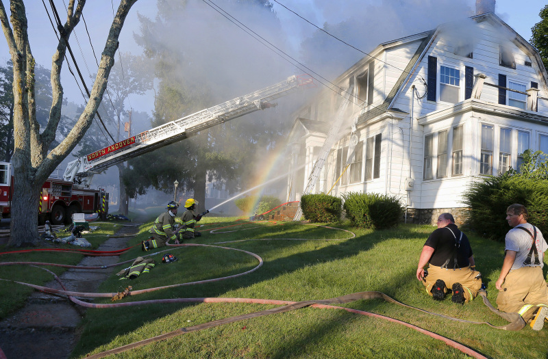 消防员向火场射水。