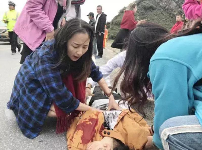 蜜月旅行遇車禍,烈火中「最美新娘」救回了四條命。(網圖)