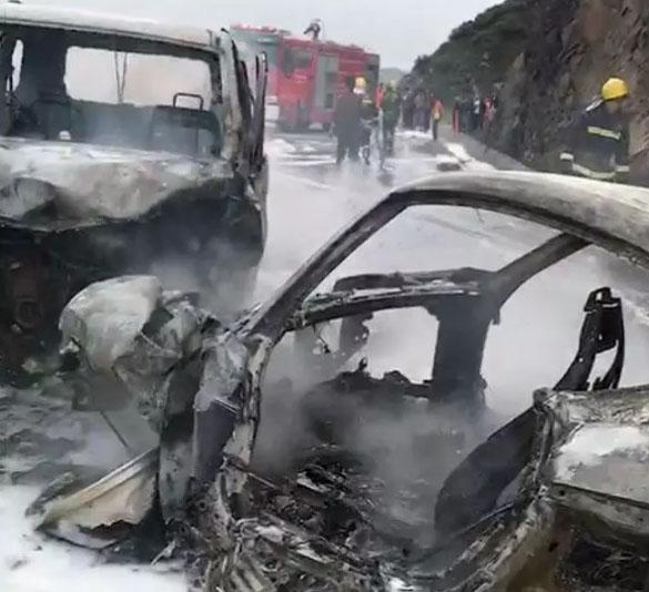 兩輛事故車燒成骨架。(網圖)
