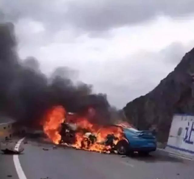 車禍事故現場燃起熊熊大火。(網圖)