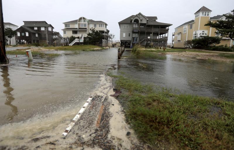 北卡羅來納州沿岸地區已出現海水倒灌,路面積水到車門,接近九萬戶停電。AP