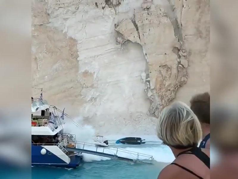 希腊沉船湾惊传大片土石崩落,造成游客恐慌逃窜。(网图)