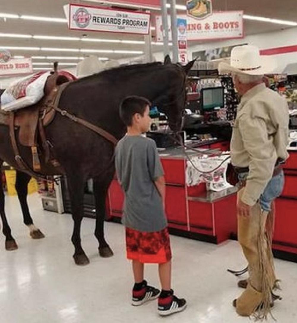 美國「牛仔大叔」跟愛駒惹來小童注目。(網圖)