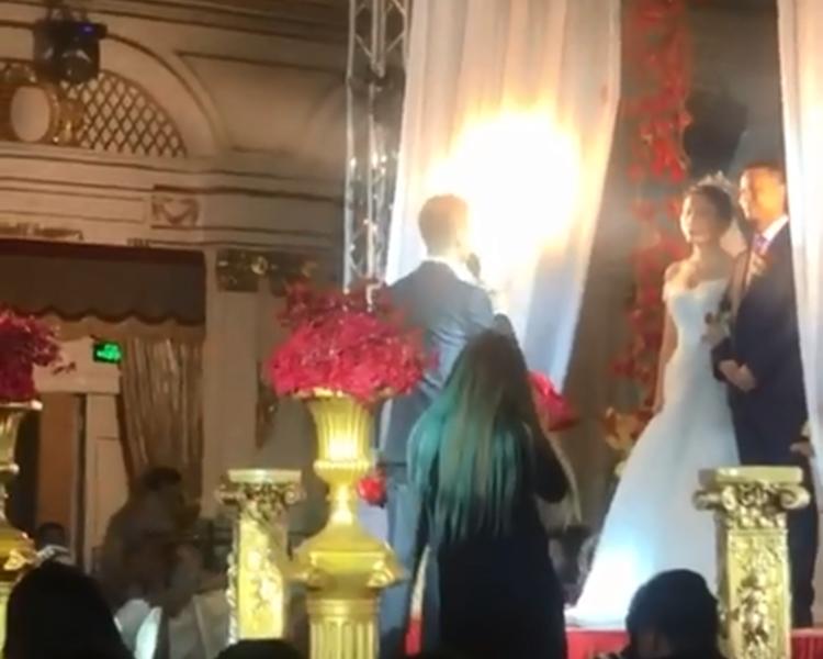 内地有新郎在婚宴上,疑似叫錯新娘名。截圖
