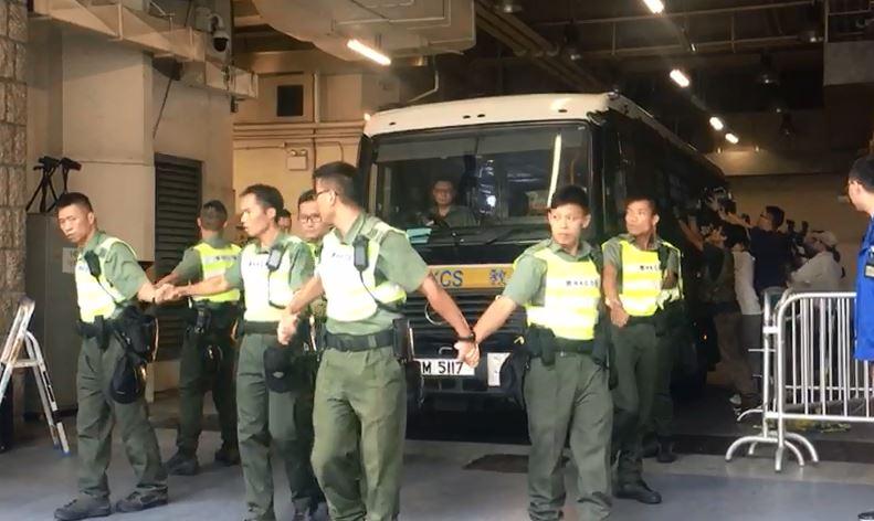 朱經緯由囚車押送離開法院。