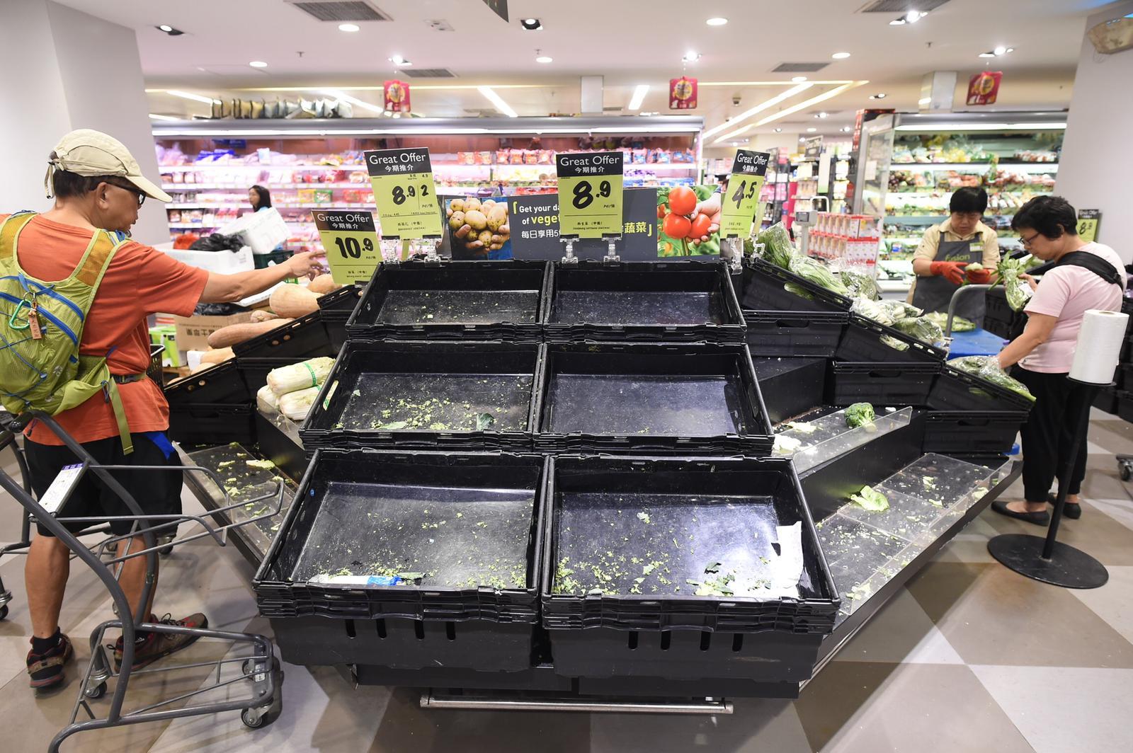 新鮮蔬菜被搶購一空。