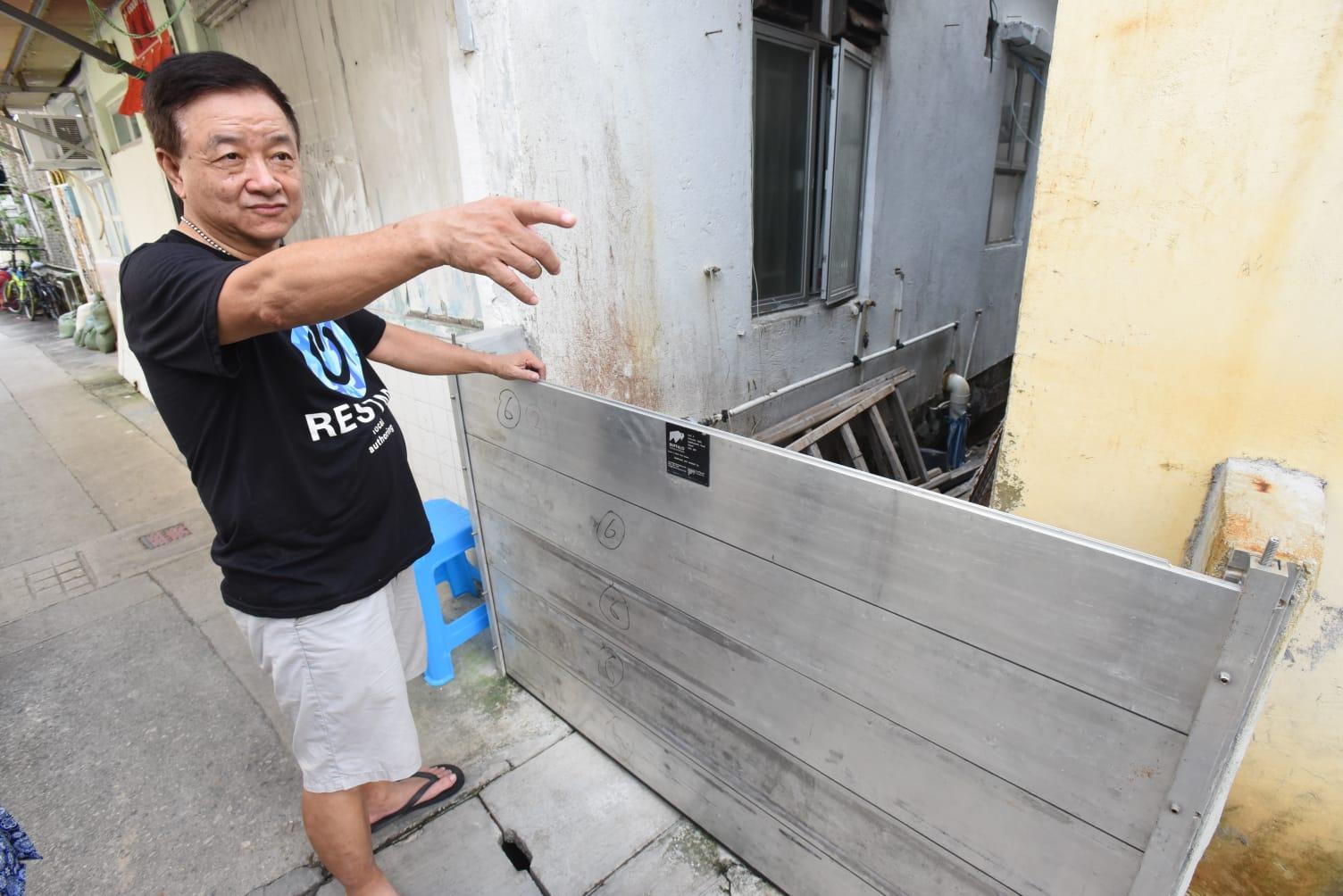 陳先生擔心,防水板擋不了源源不絕的海水。徐裕民攝