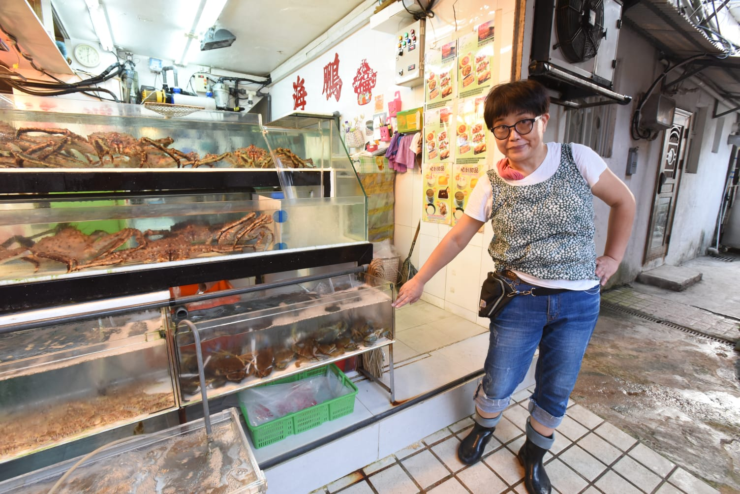 在鯉魚門海傍道經營魚檔的李小姐講述去年「天鴿」吹襲期間,水深達尺半。徐裕民攝
