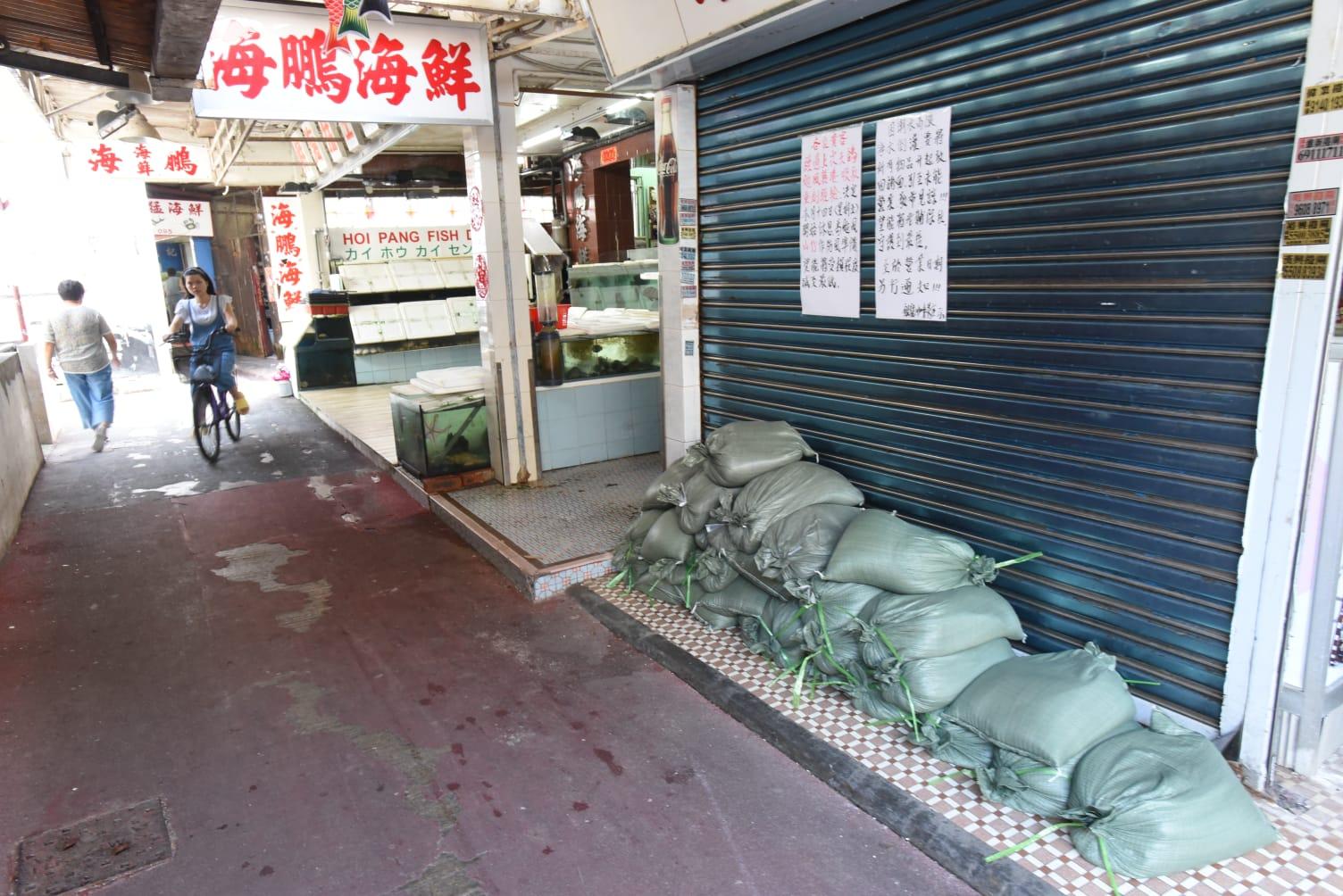 食肆門前堆了沙包。徐裕民攝