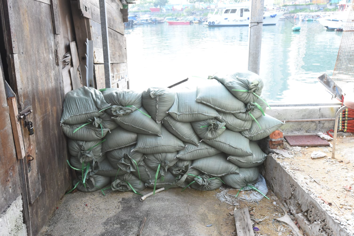 近海邊的村屋加建防水板。徐裕民攝