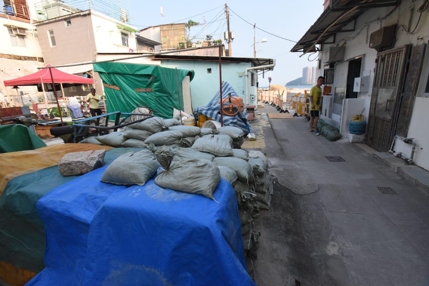 民政署放置沙包供村民應用。徐裕民攝