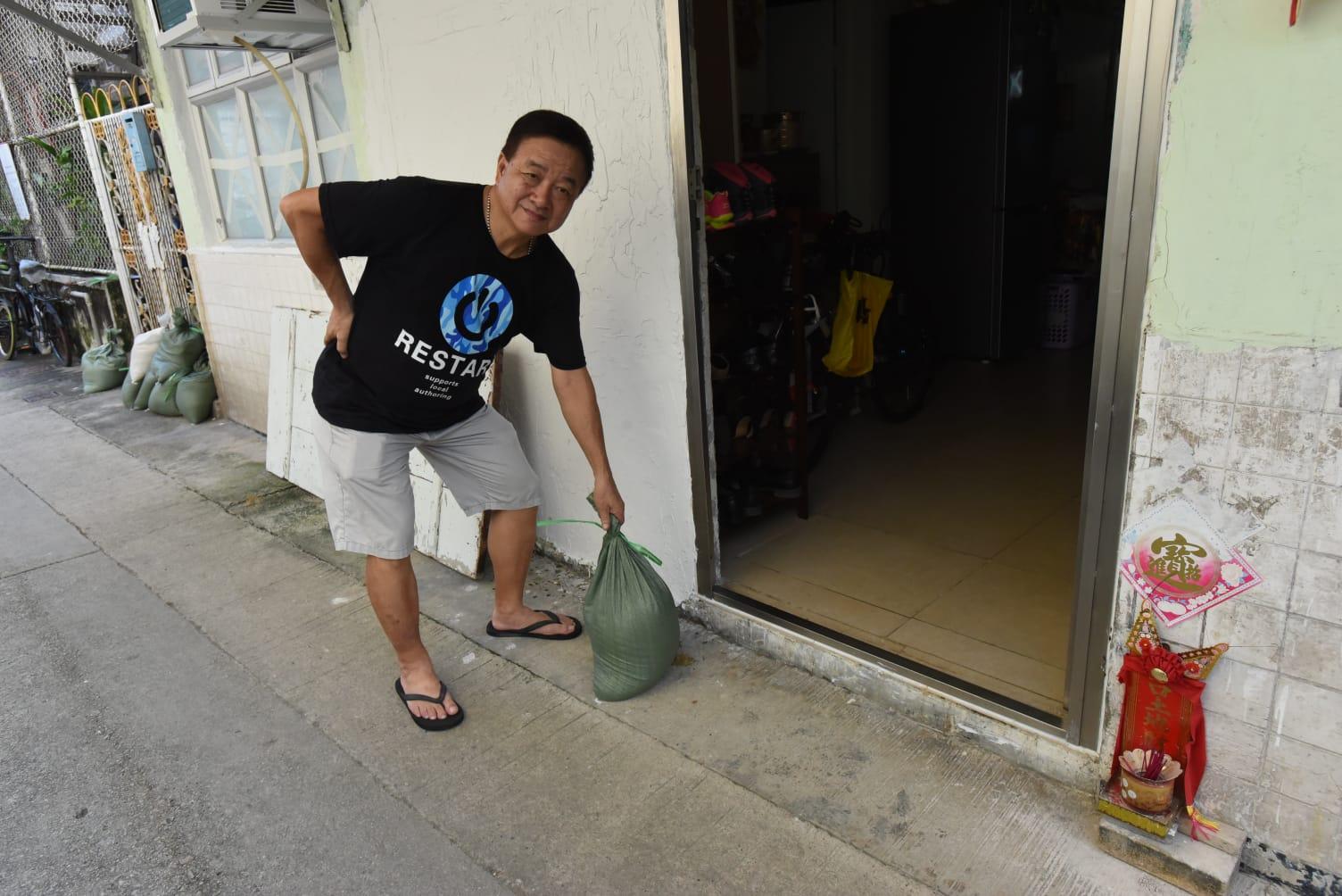 陳先生如遇大水會堆沙包。徐裕民攝