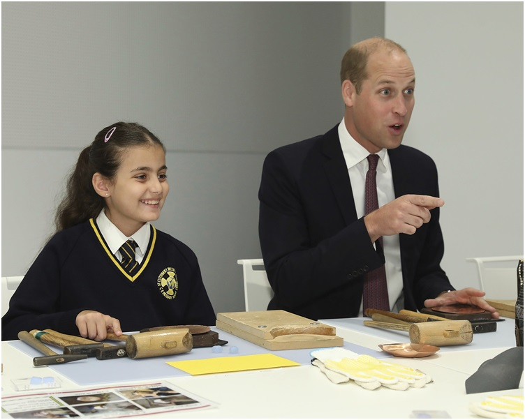 威廉王子與學生聊天互動時失言勁尷尬。AP