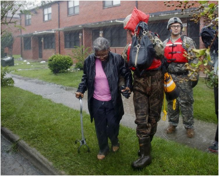 救援人员最少救出200名被困洪水的居民。