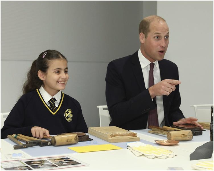 威廉王子与学生聊天互动时失言劲尴尬。