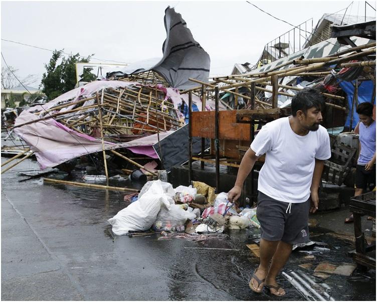 烈风和暴雨扯走不少房屋的锡铁屋顶及吹断电线桿。