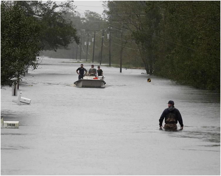 救援人员在新伯尔尼救出超过450名被困洪水的居民。