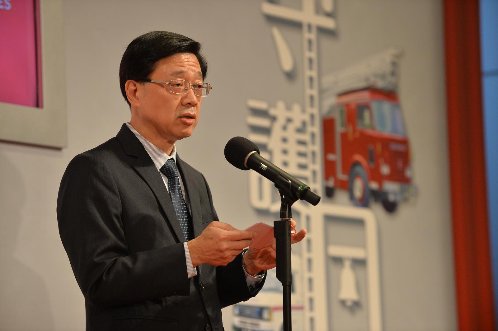 李家超表示,10月期間將展開跨部門會議,針對風災的善後工作。郭顯熙攝