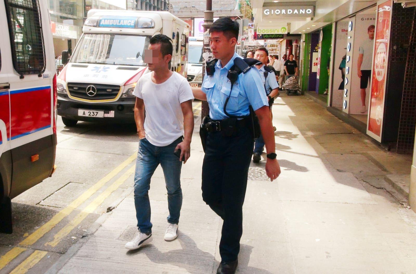 警方在現場拘捕兩名搬運工人。林思明攝