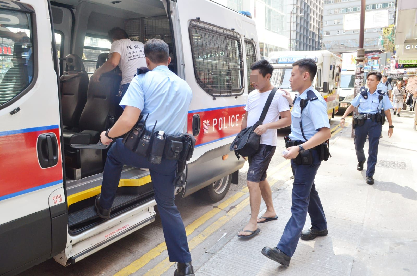 警方以公眾地方打架罪名,合共拘捕3人。林思明攝