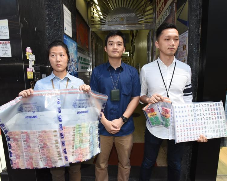 警方檢獲約9660元賭款、約32000元「水錢」、4張麻雀枱及4副麻雀。