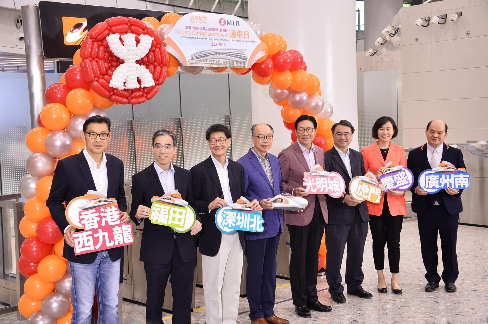 陳帆(左四)形容高鐵開通,好比新生命的開始。