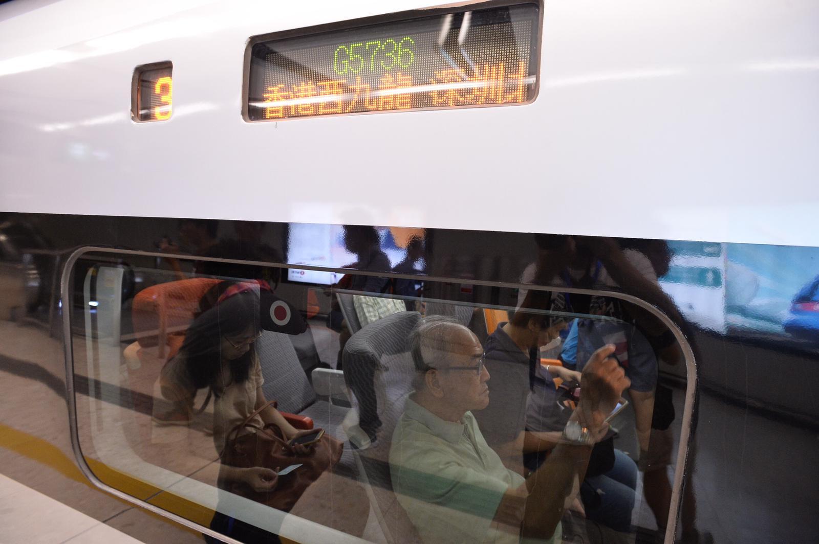 首班車在西九站開動一刻。