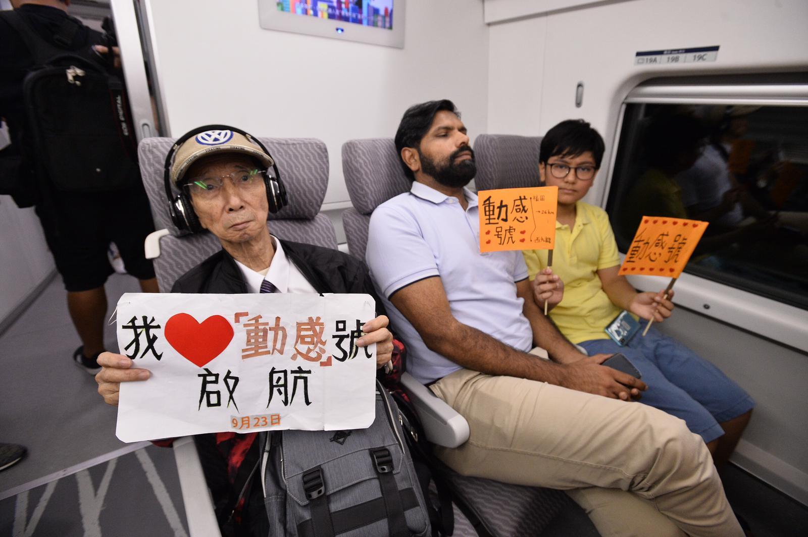 首班車乘客興奮啟程。