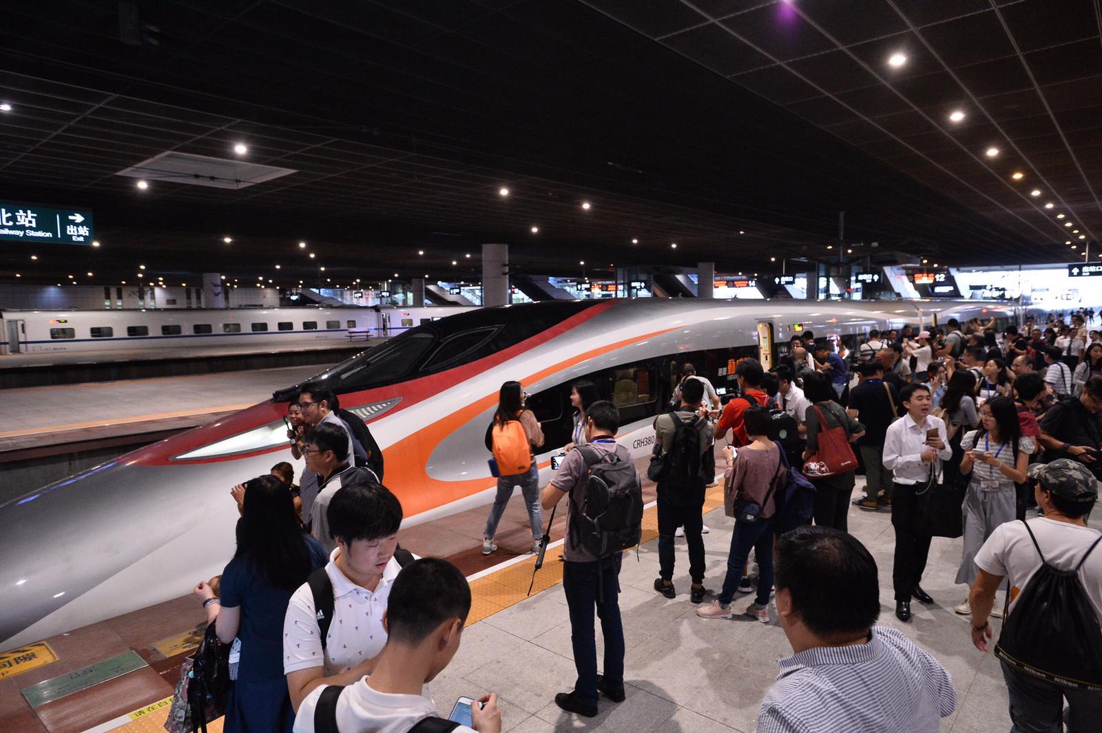 首班車抵達深圳北站。