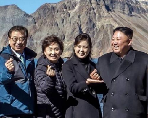金正恩登天池擺韓星「心心」手勢 李雪主伸手托住