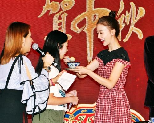 《延禧》演員賀中秋 吳謹言餵觀眾食湯圓
