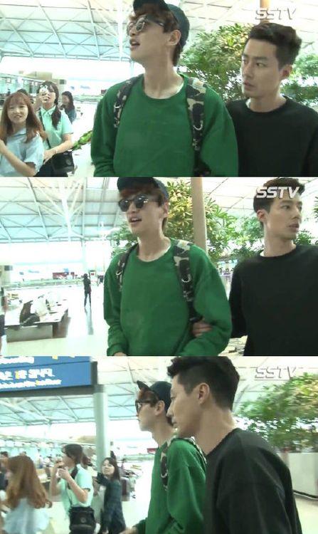 趙寅成全程幫忙擋著粉絲,保護李光洙順利走到登機閘口。網圖