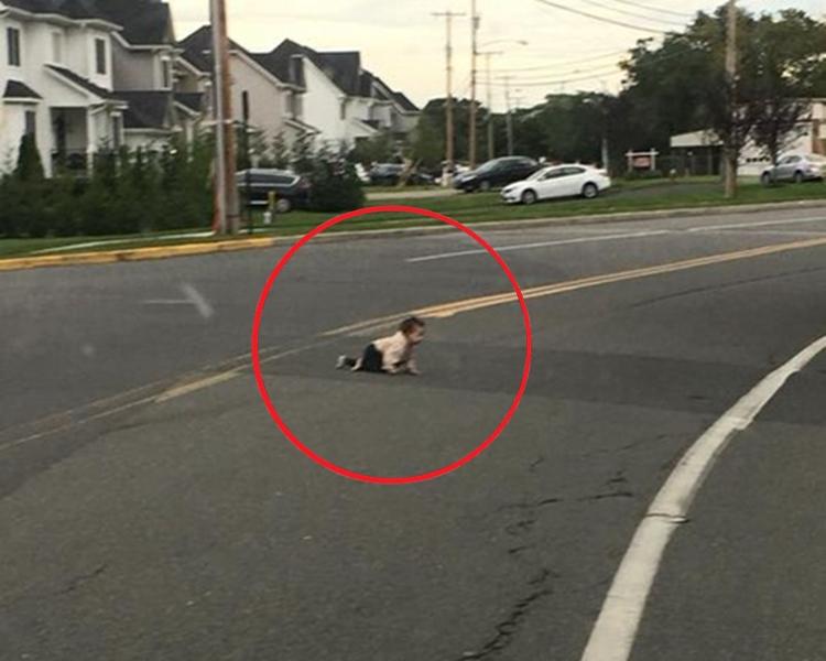 嬰兒獨自在公路上爬行。網圖