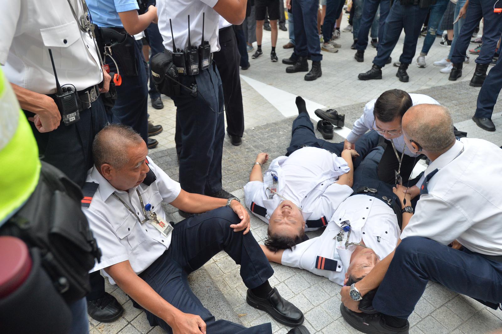 有保安員在混亂中受傷。