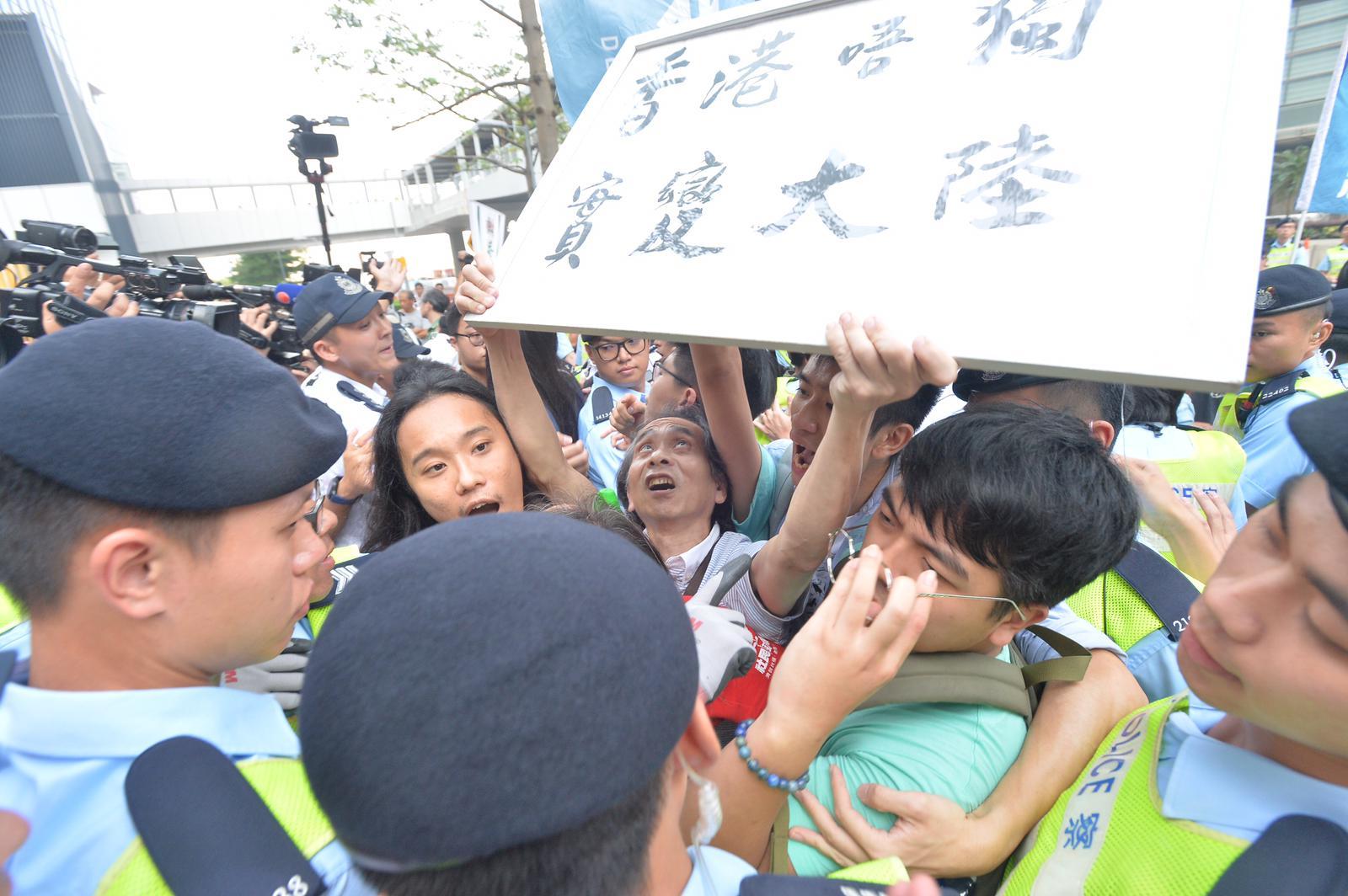 示威者與警員發生推撞。