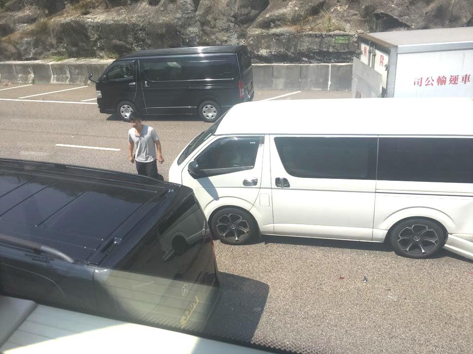 客貨車與貨車相撞。網民Toni Hedy圖片