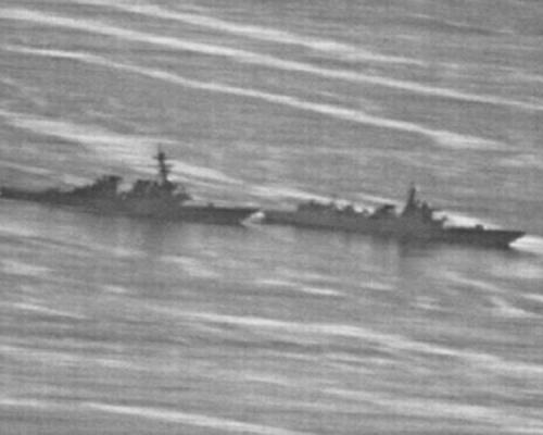 由美國海軍所發布的照片顯示,美中兩艦相距幾乎相接。網圖