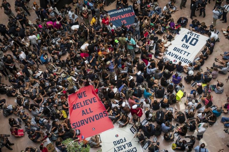 數百名示威者一度佔據參議院大樓不願離開。(網圖)